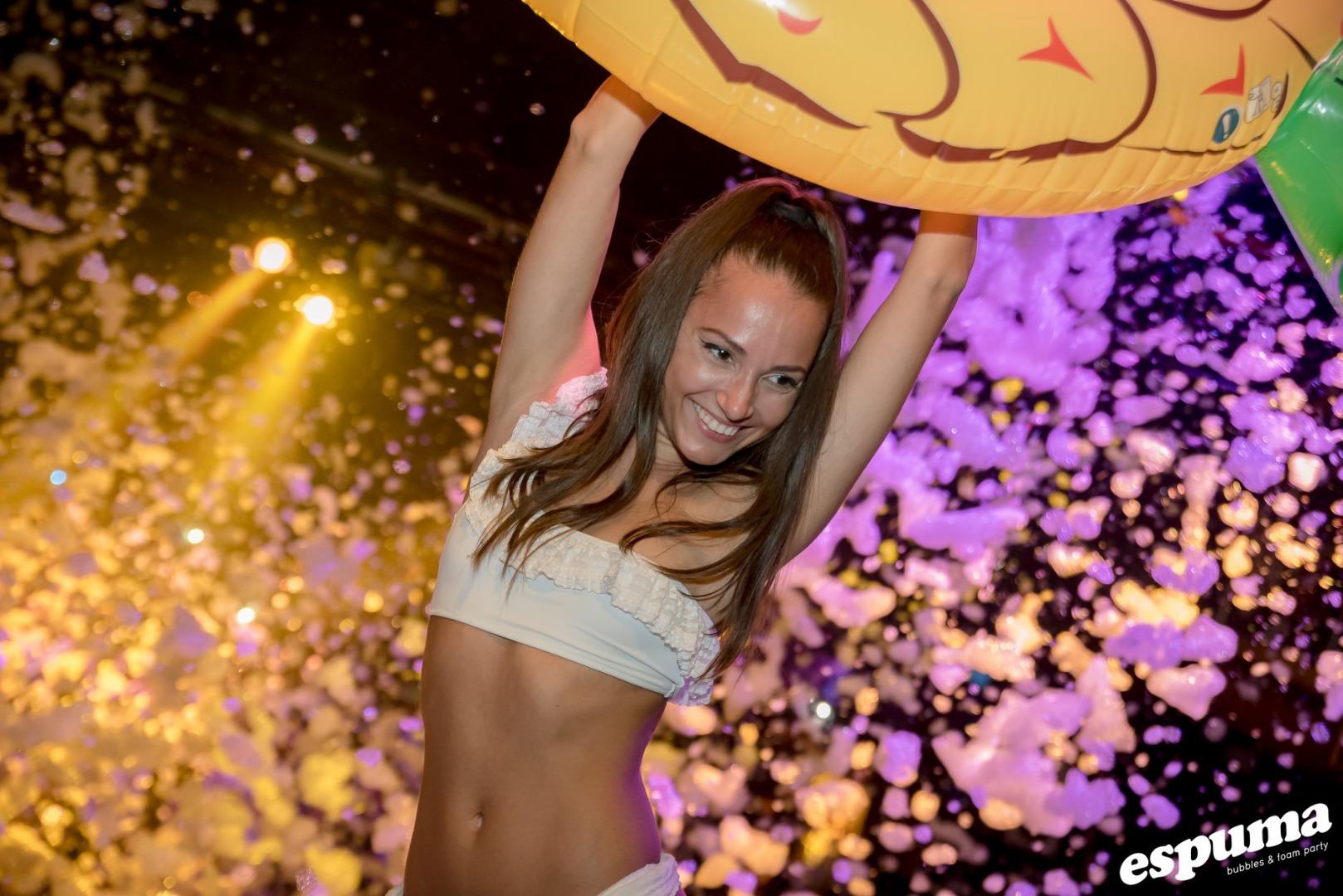 Foto chica fiesta espuma